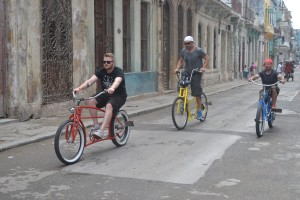 Auffälliges Gefährt.  Saarländische Räder auf Kubas Strassen. Foto: Andreas Knobloch