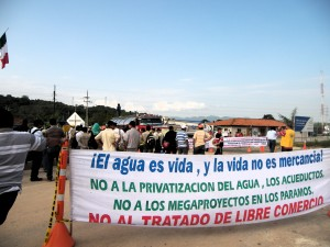 """""""Wasser ist Leben, und Leben ist keine Ware!"""" Staudammgegner*innen fordern einen Baustopp. Foto: Andres Macana"""