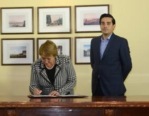 Innenminister ohne weiße Weste.  Bachelt und Peñailillo bei dessen Amtsübertragung. Foto: Gobierno de Chile (CC BY 2.0)