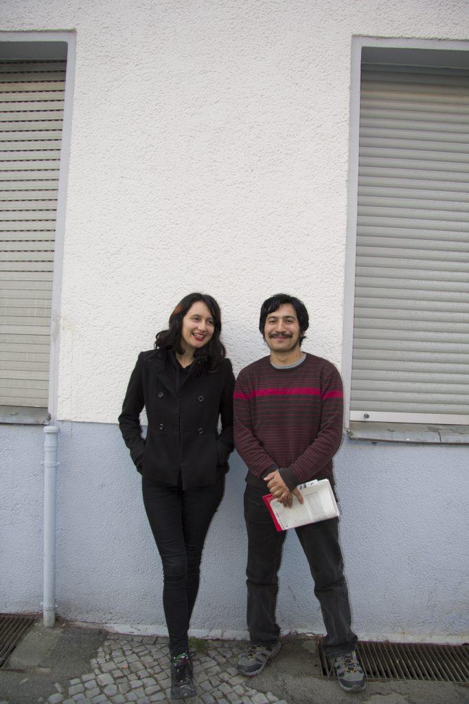 """Isabel (26) und Victor (28) leben in Temuco und arbeiten bei der Zeitschrift Mingako mit. Sie waren im April als Referent*innen einer von der Föderation deutschsprachiger Anarchist*innen mitorganisierten Infotour mit dem Thema """"Anarchismus in Chile"""" in ganz Europa unterwegs."""