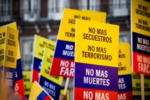 """""""Keine weiteren Toten"""" - Schilder auf einer Demonstration gegen die FARCFoto: BY ND Camila Rueda López)"""