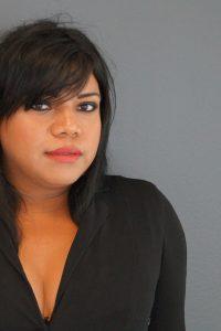 """Frenessys Sahory ReyeS gehört zu den bekanntesten Trans*Aktivist*innen in Honduras. Sie arbeitet seit 2007 mit der Organisation LGBTI Arcoíris (""""Regenbogen"""") zusammen und ist Mitbegründerin der Frauen-Gruppe Muñecas de Arcoíris (""""Regenbogenpuppen""""). Allein seit Ende Juni 2015 wurden sechs Mitglieder von Arcoíris ermordet, darunter vier Trans*frauen. Mehrere Aktivist*innen der Organisation mussten ins Exil fliehen. Frenessys war im Mai in Deutschland und berichtete in Berlin, Hamburg und München über die aktuelle Menschenrechtslage in Honduras und die Kämpfe der LGTBI- Community in Zeiten verschärfter politischer Repression und allgegenwärtiger Hassverbrechen. Die international gängige Abkürzung LGTBI* steht für Lesbian, Gay, Bisexual, Transexual/Transgender, Intersexual. Das Sternchen soll der von manchen Menschen gewünschten Uneindeutigkeit in Identitätsfragen gerecht werden. (Foto: Lea Fauth)"""