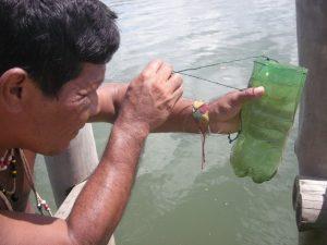 Was ist da bloß drin? Der Kazike Pedro beäugt jeden Morgen das Wasser in der Terra Indigena Piraquê- Açu