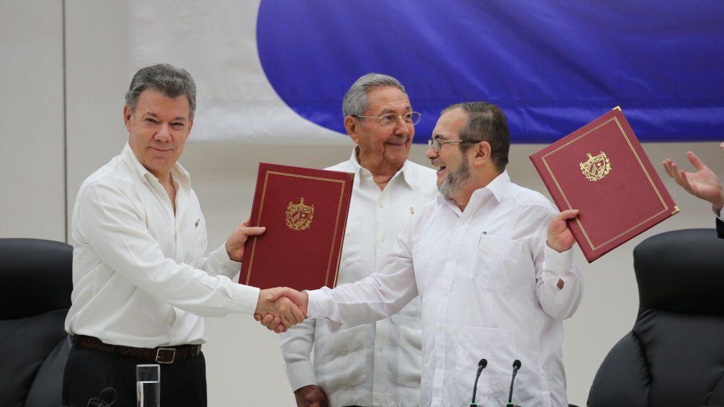 Einigung auf 28 Seiten Präsident Santos und FARC-Chef 'Timoleón Jiménez' verkünden den Waffenstillstand (Foto: Presidencia El Salvador CC0 1.0)