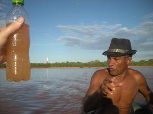 Wasserprobe in der Mündung des Rio Doce. Der Fischer Zé do Sabino hat einige Zeit lang tote Fische für Samarco eingesammelt.
