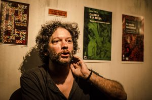 Diego Sztulwark ist Dozent am Instituto de Investigación y Experimentación Política und Autor verschiedener Bücher im Colectivo Situaciones, das sich aktivistischer Forschung widmet. Er ist Mitglied des selbstverwalteten, kollektiven Verlags Tinta Limón und Mitherausgeber des Blogs Lobo Suelto (www.anarquiaconronada.blogspot.com).